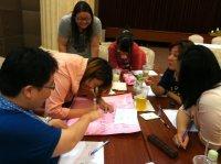 我們上課認真討論寫海報-金融服務業
